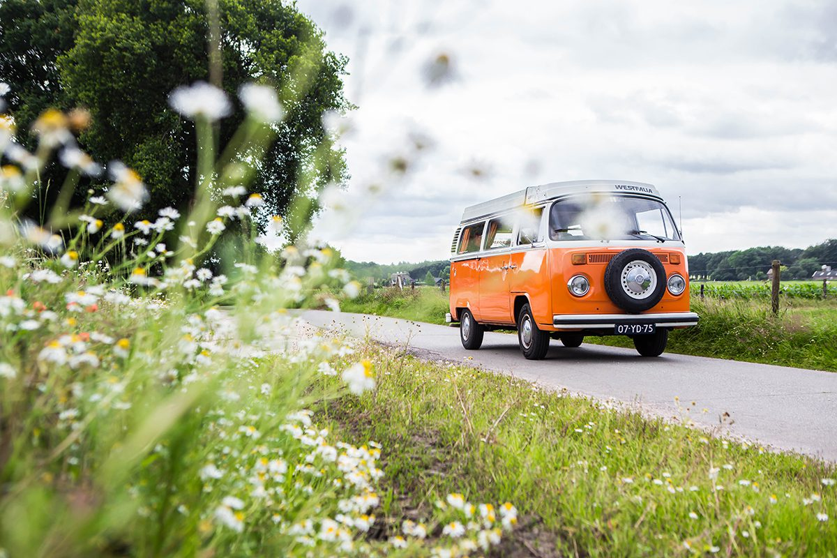 On the road in een Vintage VW busje   Pasar Magazine