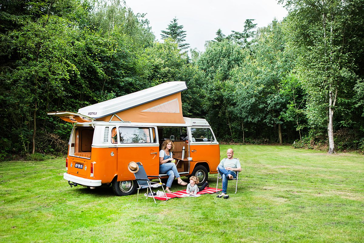 On the road in een Vintage VW busje | Pasar Magazine